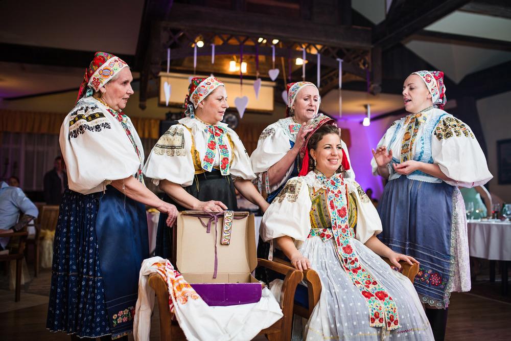 A special Slovak wedding tradition - čepčenie.